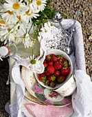 Picknickkorb mit Erdbeeren und Zitronengraslimonade auf einem Fahrrad