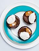 Schokoladentörtchen mit Salzkaramell und Baiser