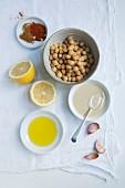 Zutaten für Hummus: Kichererbsen, Tahini, Knoblauch, Zitrone, Olivenöl, Paprika und Kreuzkümmel