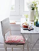 Spiegelei-Brot mit Tomate und Speck auf Tisch
