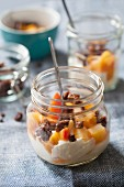 Yogurt muesli with pumpernickel and peaches