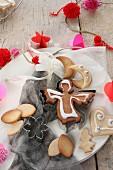Weihnachtslich dekorierte Plätzchen auf Teller, rendherum weihnachtlich dekoriert