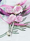 Gezuckerte Rosenblütenblätter mit Eislöffel