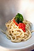 Spaghetti al pomodoro e basilico (Spaghetti mit Tomatensauce, Italien)