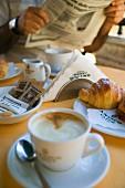 Italienisches Frühstück in einer Bar
