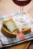 Französische Brotzeit mit Käsebrot und Rotwein