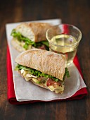 Sandwich mit Brie, Avocado und Speck