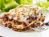 Close up von einer Portion Lasagne mit Salat