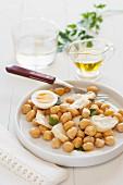 Stockfisch-Salat mit Kicherebsen und hartem Ei