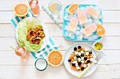 Sommerliches Buffet mit Grapefruitgerichten und -getränken