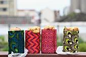 Cornbread fürs Picknick in Konservendosen gebacken & mit bunt bedruckten Stoffen umwickelt