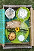 Holzkiste als Picknickbox mit Getränken & Speisen
