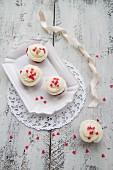 Red Velvet Cupcakes mit Zuckerherzen