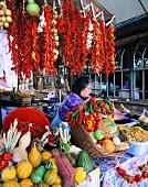 Marktstand mit Kürbissen und Chilischoten in Porto (Portugal)