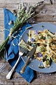 Ravioli mit Borretschblüten, Salbei und knusprigen Zwiebeln