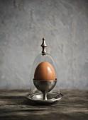 Ei in einem antiken Eierbecher