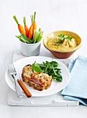 Toastbrot mit Schinken und Baked Beans, Gemüsesticks und Möhren-Hummus zum Lunch