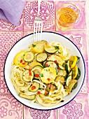 Bandnudeln mit Zucchini und Chiliringen