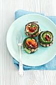 Gegrillte Zucchini-Auberginen-Röllchen mit Paprika und Frischkäse