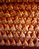 Trocknende Parmaschinkenkeulen