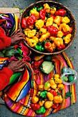 Marktfrau mit bunten Paprikaschoten