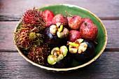 Exotische Früchte in grüner Keramikschale
