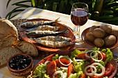 Gegrillte Sardinen mit Salat und Kartoffeln