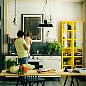 Rückansicht von Vater mit Sohn in der Küche