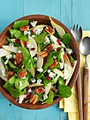 Spinach salad with pears and pecan nuts