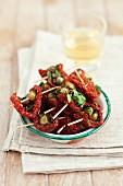 Gefüllte getrocknete Tomaten mit Anchovis, Kapern und Petersilie