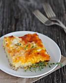 Quiche mit Wurst, Ei und Käse zum Frühstück