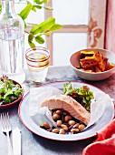 Lachssteak auf Bohnen-Oliven Salat und gebackener Kürbis in Schälchen