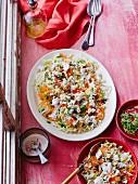 Weisskohlsalat mit Möhren, Feta und Sesam