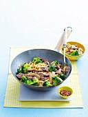 Rindfleisch und Brokkoli-Nudel-Pfanne