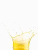Orangensaft spritzt aus dem Glas