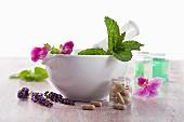 Heilkräuter und Blumen aus der Naturheilkunde und Pillen