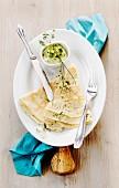 Sesam-Kräuter-Crêpes mit Avocadodip