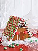 Bunt verziertes Lebkuchenhaus für Weihnachten