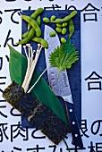Gemüse, Pilze, Kräuter und Messer aus Japan