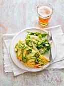 Omelett mit Jalapenos und Avocados, Salat und Bier