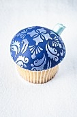A blue Christmas bauble cupcake