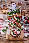 Tartines with yogurt, chives and fresh figs