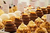 Verschiedene Cupcakes in einer Konditorei