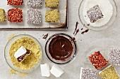 Marshmallow-Würfel, in Schokolade getaucht, mit Toppings