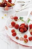 Frische Erdbeeren auf rot-weiss-gemustertem Teller