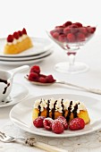 Twinkie bars with whipped cream, raspberries and chocolate sauce (USA)
