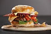 A bacon cheeseburger with crisps