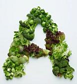 Buchstabe A aus grünen Gemüsesorten und Salat