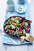Blattsalat mit Feigen und Blauschimmelkäse
