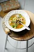 Gemüsesuppe mit Reis, Zucchini, Kichererbsen & Minze